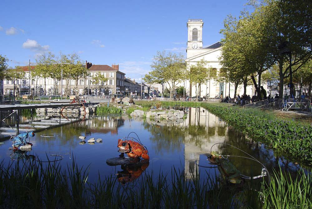 Auparavant utilisée comme parking, la place Napoléon, aux dimensions exceptionnelles (140 x200 m) devient un véritable espace p
