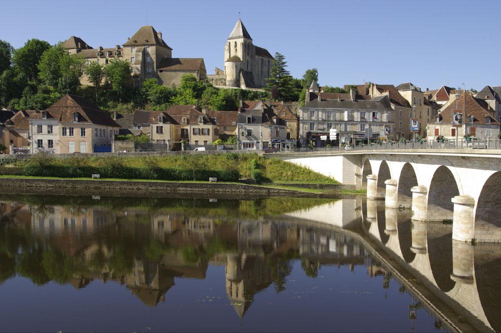 Chateau Naillac et église Saint-Cyran dominant la Creuse